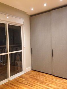 Armario do quarto Kitchens (acabamento Tweed) e luminarias Interlight. Piso taco Pau pau