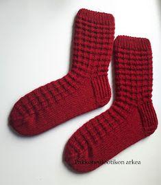 Pakkoneuloosia lankojen, kissojen, pikku prinssin keskellä: Jules sukat Knitting Videos, Knitting Projects, Knitting Socks, Crafts, Knits, Dress, Fashion, Socks, Tricot