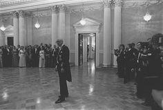 Presidentti Urho Kekkonen seisoo yksin keskellä salia itsenäisyyspäivän vastaanotolla 1975.