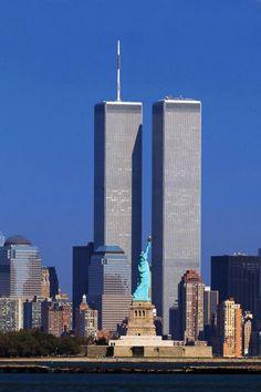 World Trade Center / The Twin Towers - Freiheitsstatue / Statue of Liberty / Lady Liberty / Liberty Island - Manhattan, New York / Vereinigte Staaten von Amerika / United States of America / USA Photographie New York, New York City, Places To Travel, Places To Visit, Statue Of Liberty, Beautiful Places, Scenery, Around The Worlds, History