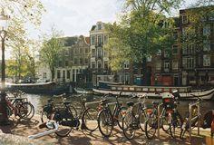 Já sabemos: existem sempre muitos motivos para viajar, e pensar na Holanda é uma viagem por si só. É fácil se apaixonar pela Holanda, por causa dos seus canais e bela arquitetura, por ser um país evoluído, social e culturalmente, porque serviços como o transporte público ou a educação estão em um nível muito alto …