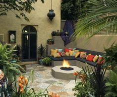 marokkkanisches-Flair-mittelmeer-außenraum-palmen-couch-kissen-bunt