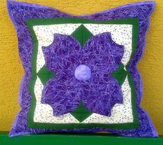 Květ+-+fialový+Povlak+na+polštář+šitý+formou+patchworku+s+ozdobným+plastickým+květem+ve+fialové+barvě.+Přední+strana+polštářku+je+ušita+ze+tří+vrstev+-+z+pohledové+s+květem,+která+je+podložena+vatelínem+a+vnitřní+část+je+z+bílého+plátna.+Všechny+tři+vrstvy+jsou+prošity.+Na+zadní+straně+je+zapínání+na+zip.+Rozměr+cca+40x40cm.+Doporučuji+praní+na+jemný...