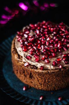 brownie torte mit schokoladenmousse und granatapfel | brownie cake with chocolate mousse and pomegranate