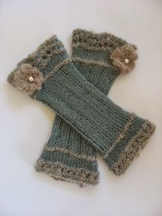I do not really like to do the same thing over and over again, that's why the pulse … - Everything About Knitting Fingerless Gloves Knitted, Crochet Gloves, Knit Mittens, Knitting Socks, Wrist Warmers, Hand Warmers, Diy Tricot Crochet, Knitting Accessories, Knitting Patterns