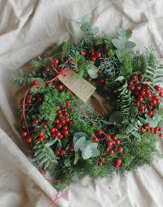 常緑樹と赤い実のクリスマスリースの画像2枚目