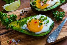Hormonal acne can be so discouraging, especially in your adult years. In order to bring your hormones back into balance, Eating Clean, getting healthy fats and drinking enough water along with daily movement can make a big difference. Avocado Egg Boats, Salmon With Avocado Salsa, Spicy Salmon, Quick And Easy Breakfast, Low Carb Breakfast, Breakfast Recipes, Baked Avocado, Food Facts, Afternoon Snacks