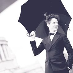 Eddie Redmayne in the rain <<< He's both cute like a kitten and incredibly sexy, and I'm still trying to figure out HOW.