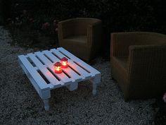 Une palette, des pieds de lit, de la peinture et hop une table basse pour le jardin.