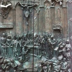 Detalle de una de las puertas de bronce de la Catedral de La Almudena (Madrid), obra del escultor Sanguino. Extraordinaria. Lo reyes de España aparecen a la izquierda.