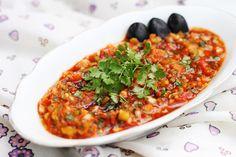 Acili ezme, of ook wel Pittige dip, is een meze uit Zuid-Oost Anatolië, meer specifiek uit Adana. Lokaal wordt het ook wel Adana Ezmesi genoemd. Dit gerecht bestaat hoofdzakelijk uit groenten en peperpuree. Dit recept komt van de heerlijke Turkse culinaire site TurkseKok.nl. Snijd de tomaat, groene peper, ingemaakte peper, ui en peterselie fijn en doe in […]