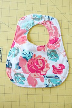 Free printable bib pattern and tutorial. Print out this bib pattern and follow the steps in this tutorial for how to make your own baby bibs.