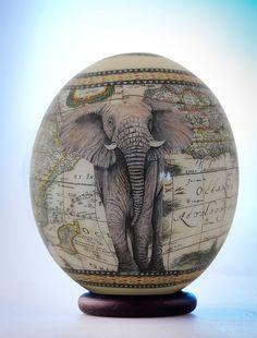 Uovo di struzzo di Decoupage elefante: l'elefante africano maestoso pone in tutta la sua gloria sul pezzo di guscio d'uovo di struzzo squisitamente dipinte