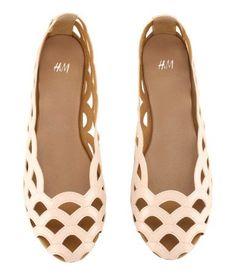 Scalloped H + M Flats.I want these and that's saying a lot since they are flats and not heels. Fashion Mode, Fashion Shoes, Planet Fashion, Girl Fashion, Cute Shoes, Me Too Shoes, Pretty Shoes, Beautiful Shoes, Zapatos Shoes