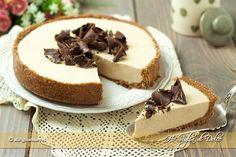 Crostata al caffè e ricotta senza cottura, dolce senza forno fresco e goloso. La base fatta con biscotti racchiude un ripieno cremoso al caffè e cioccolato