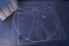 MODERNÍ SKLENĚNÝ STOLEK TB-04 | SZKLO-LUX Jaroslaw Fronczak | Processing and wholesale of glass - Deska je vyrobena z bezpečnostního skla VSG 8.8.2 Diamant (optiwhite), síla 16 mm, fazetované hrany, ve skle je umístěná rytina znázorňující proslulou kresbu Leonarda da Vinci. Nohy jsou vyrobeny z křišťálového skla. Gravure Laser, Glass Furniture, Modern Glass, Glass Table, Tables, Design, World, Luxury, Mesas