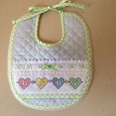 Bavaglino unisex Simple Cross Stitch, Cross Stitch Baby, Jaco, Baby Sewing, Baby Bibs, Little Babies, Cross Stitching, Baby Quilts, Crochet Baby