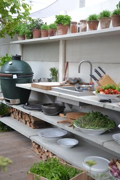 Get our best ideas for outdoor kitchens, including charming outdoor kitchen decor, backyard decorating ideas, and pictures of outdoor kitchen. Inspired by these amazing and innovative outdoor kitchen design ideas. Summer Kitchen, Kitchen Inspirations, Diy Outdoor, Outdoor Kitchen Design, Outdoor Rooms, Kitchen Plans, Outdoor Cooking, Diy Outdoor Kitchen, Kitchen Style