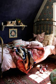 A small guest room in the attic was decorated with Charleston Farmhouse as an example: The walls are painted deep blue and the end wall is papered with a Morris wallpaper. Desk and chair found at a flea market. Charleston Farmhouse was arranged for nearly one hundred years ago by Vanessa Bell, who was a famous artist and interior designer and also the sister of Virginia Woolf.