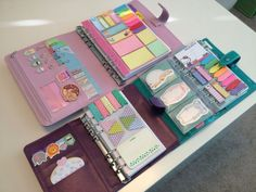 libretas con muchas notas y post its
