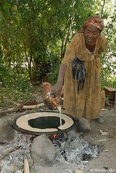preparing injera, Ethiopia (2006).  Photo: witoldosko via Flickr