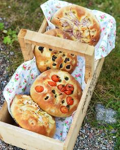 I love this Italian bread. It's quick and simple to make and tastes lovely. There are dozens of variations, and it's the perfect bread for the party. Italian Bread, Viera, Bread Baking, Doughnut, Bread Recipes, Nom Nom, Picnic, Food And Drink, Tasty