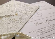 Convite perfeito para casamentos com estilo mais tradicional. Modelo empastado com 500g e moldura. Envelope de papel rendado com fechamento em pérola.