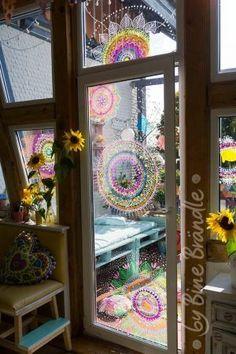 """Leuchtendes Mandala an der Glastür. Ganz einfach mit abwischbaren Kreidemarkern auf die Scheibe malen. Eine fantastische Deko für Frühling, Sommer, Herbst und Winter. Mit Hilfe der tollen XXL- Vorlagen von Bine Brändle die Motive auf die Fensterscheibe abpausen. Ein riesengroßer Spaß für die ganze Familie! Das Mandala ist aus der Vorlagenmappe: """"Sonnentage & Blütenträume"""""""
