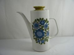LOVE this pattern. Its not that rare, so no excuse to not have this coffee pot!