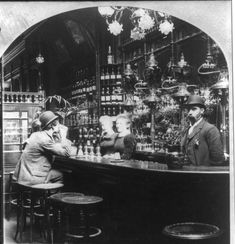🔸 London bar scene with pub landlord and his Bar maids, With lone drinker. 1920 London, London Pubs, Vintage London, Old London, Victorian Bar, Victorian London, Photos Du, Old Photos, Vintage Photos