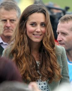 Catherine, Duchess of Cambridge attends the start of The Ring O'Fire Anglesey Coastal Ultra Marathon on 30 Aug 2013 in Holyhead, Wales. Princesa Kate Middleton, Cabelo Kate Middleton, Moda Kate Middleton, Estilo Kate Middleton, Kate Middleton Photos, Kate Middleton Style, Middleton Family, Prince William And Kate, William Kate