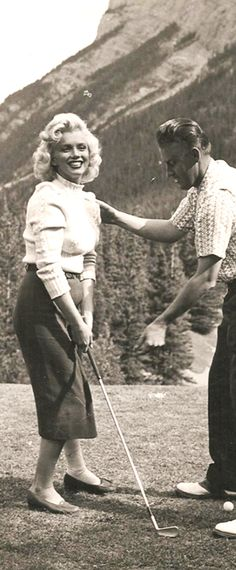 1953: Marilyn Monroe taking golf lessons …. #marilynmonroe #pinup #monroe #marilyn #normajeane #iconic #sexsymbol #hollywoodlegend #hollywoodactress #1950s