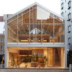 Excelente fachada a base cristal que permite un mayor aprovechamiento de la luz natural.