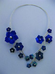 Necklace 'Summer' of  Zillah Botschuyver.  Zilveren ketting gecombineerd met blauw gekleurde titanium bloemen van goudsmid Zillah.  Excl. verzendkosten: € 499,00