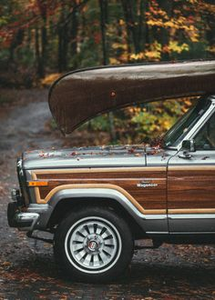 Woody Jeep Wagoneer with a canoe - Cabin & Cottage Jeep Wagoneer, Jeep Cj7, Jeep Jeep, Motorcycle Camping, Camping Gear, Camping Baby, Truck Camping, Camping Checklist, 4x4