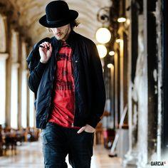 Highlights setzen, beispielsweise mit einem Shirt in knalligem Rot #Garcia #Herrenmode #Hut #Jeans