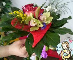 """Ramo """"Mi Corazón""""  Composición floral con orquídeas, rosas y hojas de apilistra dentro de una estructura con forma de corazón. Para las mamas más incondicionales.  www.joanafloristeria.com"""