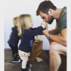 Tristan asegurándose de que papa se toma su café de la mañana! Tristan making sure papa gets his morning coffee! #myboys #familymoments #papa @valleyeyewear @dukeoflondon @childrenofthetribe @glamourspain