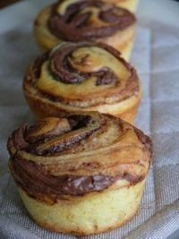 OK - Muffins roulés au nutella Beignets, Delicious Desserts, Dessert Recipes, Yummy Food, Nutella Muffins, Cupcake, Desserts With Biscuits, Eat This, Mini Cakes