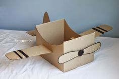 Cardboard Box Airplane (Repeat Crafter Me) - Basteln Ideen Cardboard Airplane, Cardboard Car, Cardboard Box Crafts, Cardboard Box Ideas For Kids, Cardboard Playhouse, Cardboard Furniture, Cardboard Costume, Repeat Crafter Me, Diy For Kids