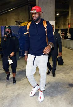 A locked-in LeBron James arrives at Oracle for Game 2 of the #NBAFinals