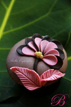 http://www.bellacupcakes.co.nz/images/full/Weddings/cupcakes/pinkbrown.jpg