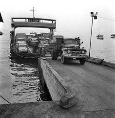Barcas da empresa Valda, concorrente da Frota Carioca, atracada e os veículos por ela transportados desembarcando, ano de 1962, e possivelmente o cais de atracação é o do lado de Niterói, perto da Ponta da Areia.