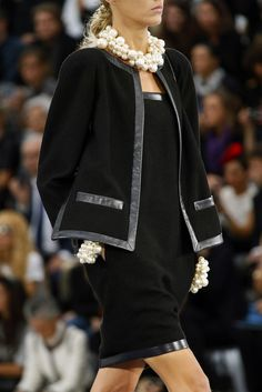 Chanel jacket which is classy with its use of all black contrasting fabric through use of different textures. Chanel often uses false pockets on her jackets. Fashion Week, High Fashion, Fashion Show, Womens Fashion, Fashion Tips, Fashion Design, 2000s Fashion, Modest Fashion, Timeless Fashion