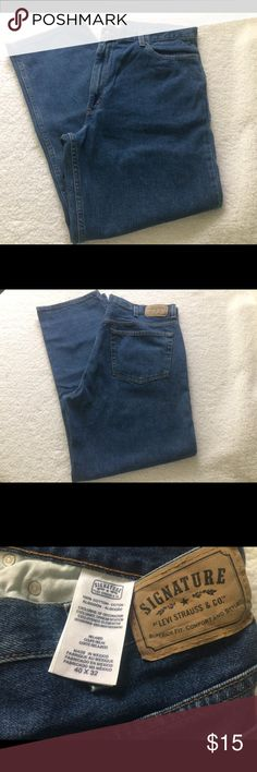 Levi's Signature Relaxed fit Men's jeans 40x32 Levi's relaxed fit signature jeans in excellent condition.    Any questions please ask. Thank you for looking! Levi's Jeans Relaxed