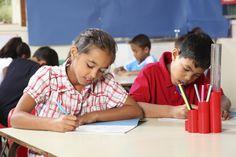 Des enfants dans une salle de classe.