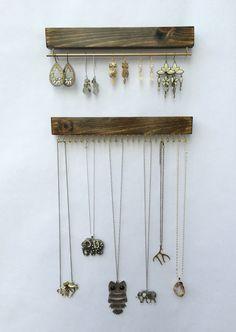 Porte collier et boucle doreille par TheKnottedWood sur Etsy