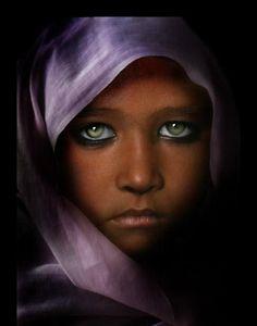 Quando guardi bene negli occhi qualcuno sei costretto a guardare te stesso (Jelloun)