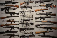 Liu Bolin se fond dans les armes à feu