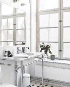 Detta badrum skulle vi gärna tillbringa lite extra tid i på morgonkvisten. Fler inspirerande badrum hittar du i vår badrumsspecial i nr 11 som finns i butik nu. #plazainteriör #moraarmatur #ifö #byggfabriken #gustavsberg #granit #byredo  Styling: Julia Brukroken  Foto: Mikael Axelsson